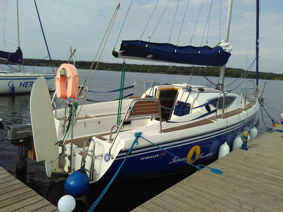 Яхта на водохранилище Дрозды