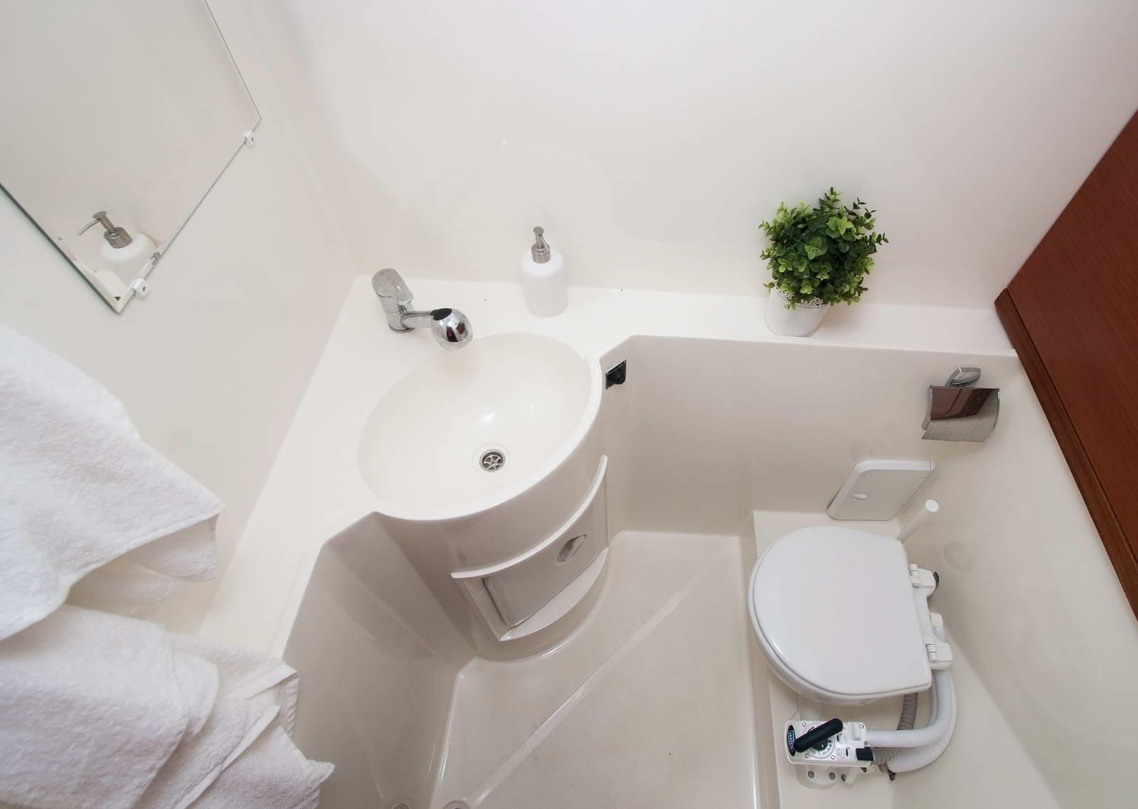 Минское море яхта мадам нижний уровень носовой туалет