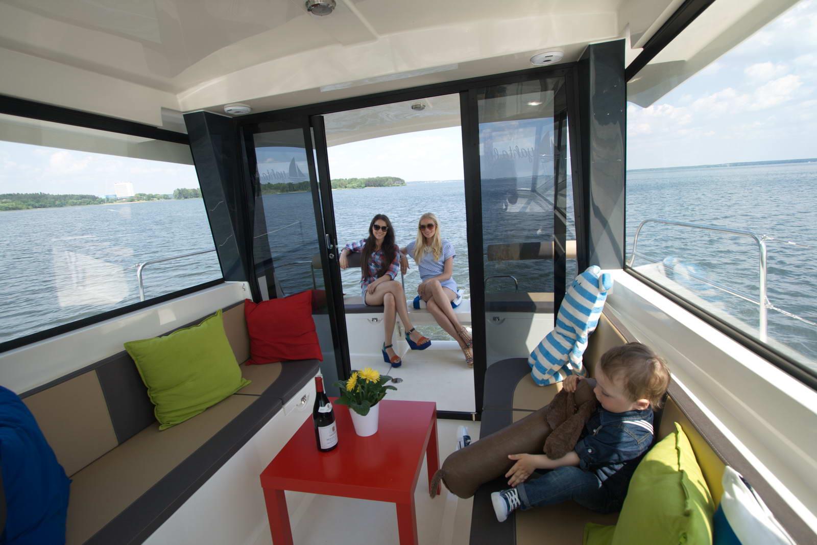 Минское море яхта мадам верхний уровень вид из кокпита на корму
