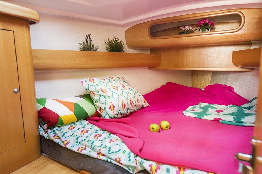 Billy.by яхта Мечта на Минском море  носовая двуспальная каюта с пастельным бельем для ночевки