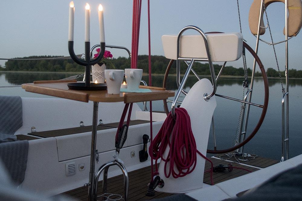 Billy.by яхта Мечта на Минском море кокпит вечерняя романтика
